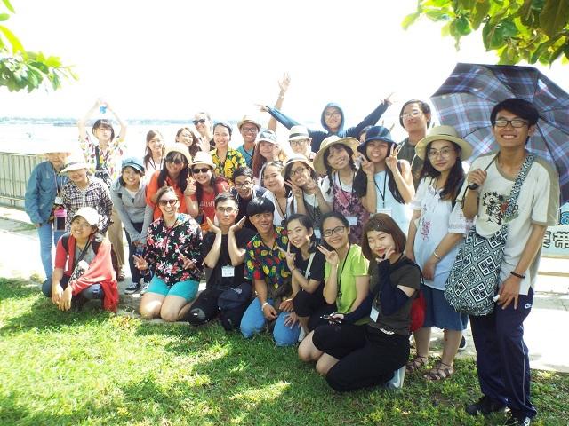 25日 集合写真 チャム島行きの船着き場にて-r.jpg